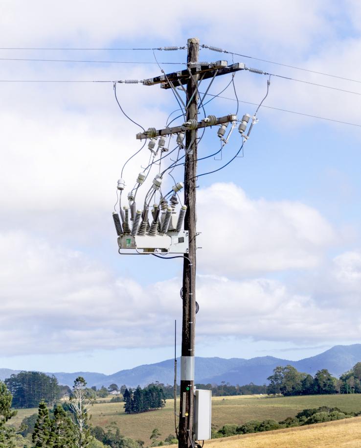 Un reconectador OSM NOJA Power, con seccionalizadores en línea para un aislamiento de un punto de trabajo durante el mantenimiento de la red - Instalado en Australia