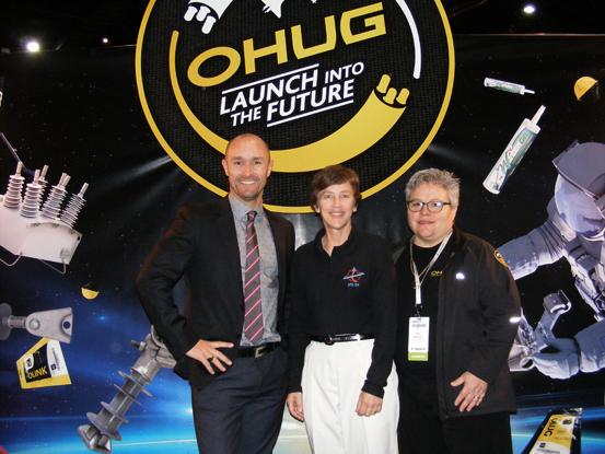 La astronauta retirada de la NASA, Wendy B. Lawrence, en el stand temático del universo, perteneciente al distribuidor de NOJA Power en Nueva Zelanda, OHUG, en la conferencia de EEA junto con Glenn Harris de NOJA Power y Nan Russel de OHUG