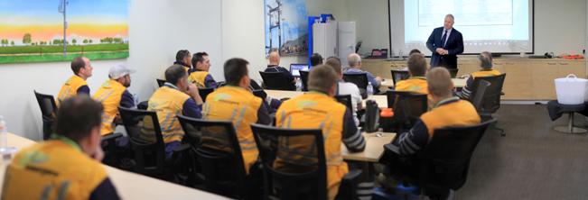 El Director General Neil O'Sullivan da la bienvenida a los delegados en la nueva sala de capacitaciones