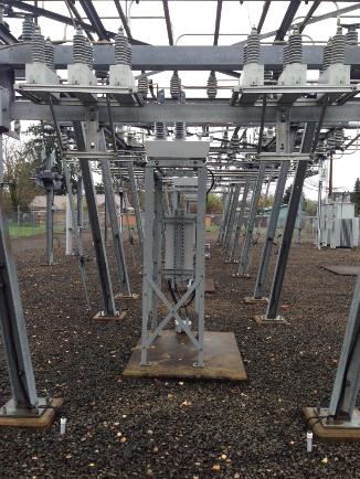 Figura 1 - Adaptación de montaje del reconectador OSM NOJA Power en la subestación, Eugene Oregon USA.