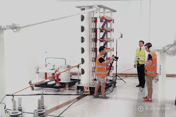 Oleg Samarski de NOJA Power (Director de Calidad y Servicio del Grupo) con equipo de filmación